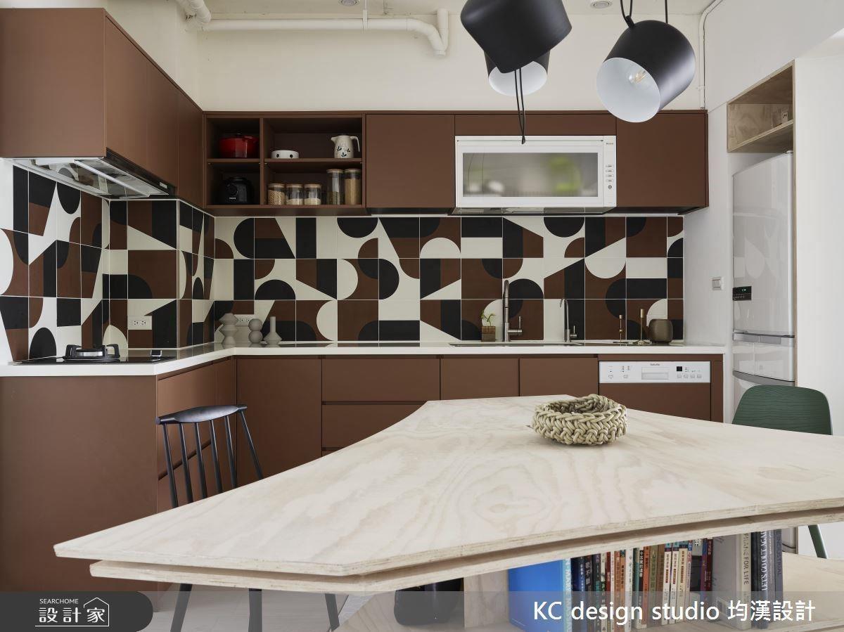 透過桌緣特殊的弧線造型,避開了銳利的空間稜角,並且有效地放大了座位的空間。