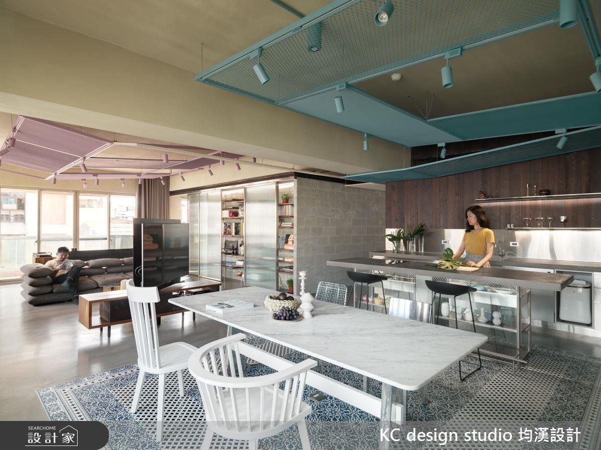 偌大的公共區域,包含了客廳,餐廚、書房等多元機能,將夫妻兩人的日常生活緊密連結。