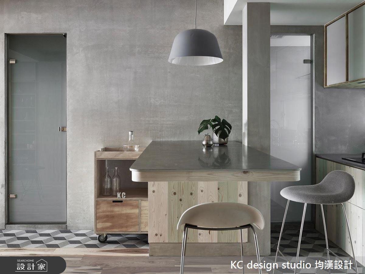 具有豐富收納空間的吧檯餐桌,設計師特別在側邊加設活動式的推車,賦予了機動性的使用。