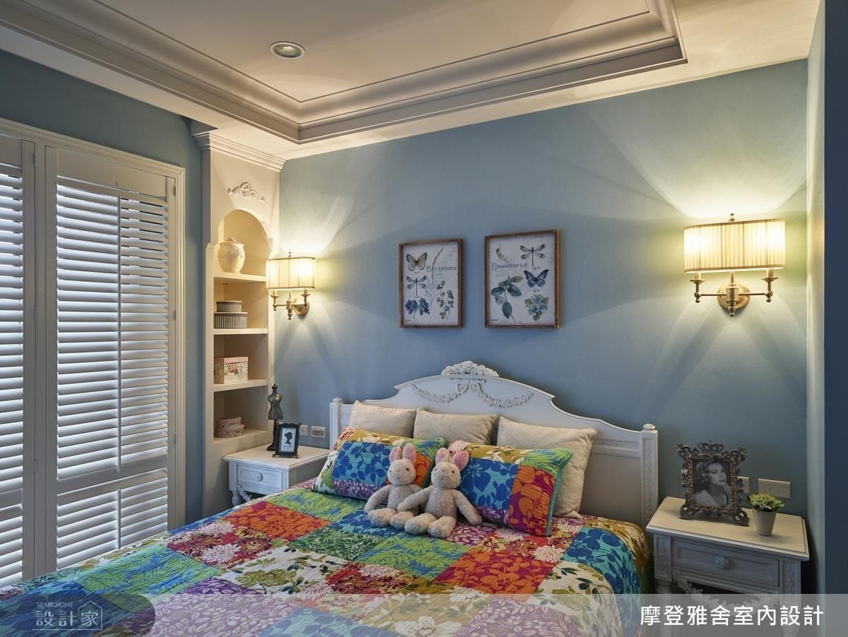 臥房以清新柔和藍調鋪陳,為休憩空間帶入既放鬆又舒適的沉靜氛圍。
