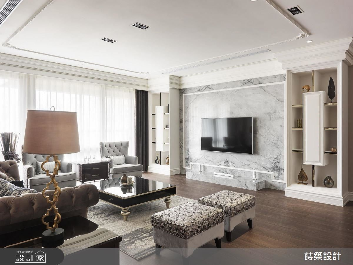 客廳以大地色系滿足屋主對於暖色系的喜好,搭配質感石材電視牆面,營造大器氛圍。