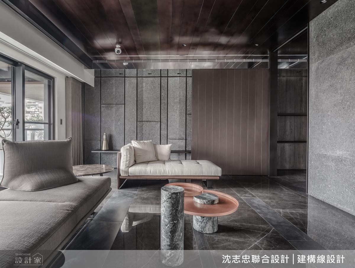 為避免材質所產生的厚重感,設計師利用反射原理減輕視覺重量,進而在書桌牆採用鍍鈦板,同時隱藏木作及鐵件,達到舉重若輕的視覺感受。
