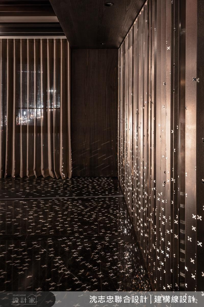 活動拉門設計師選用不鏽鋼金屬面,加入十字紋造型,在燈光的折射下群星閃爍,使空間充滿循序漸進的層次氛圍。