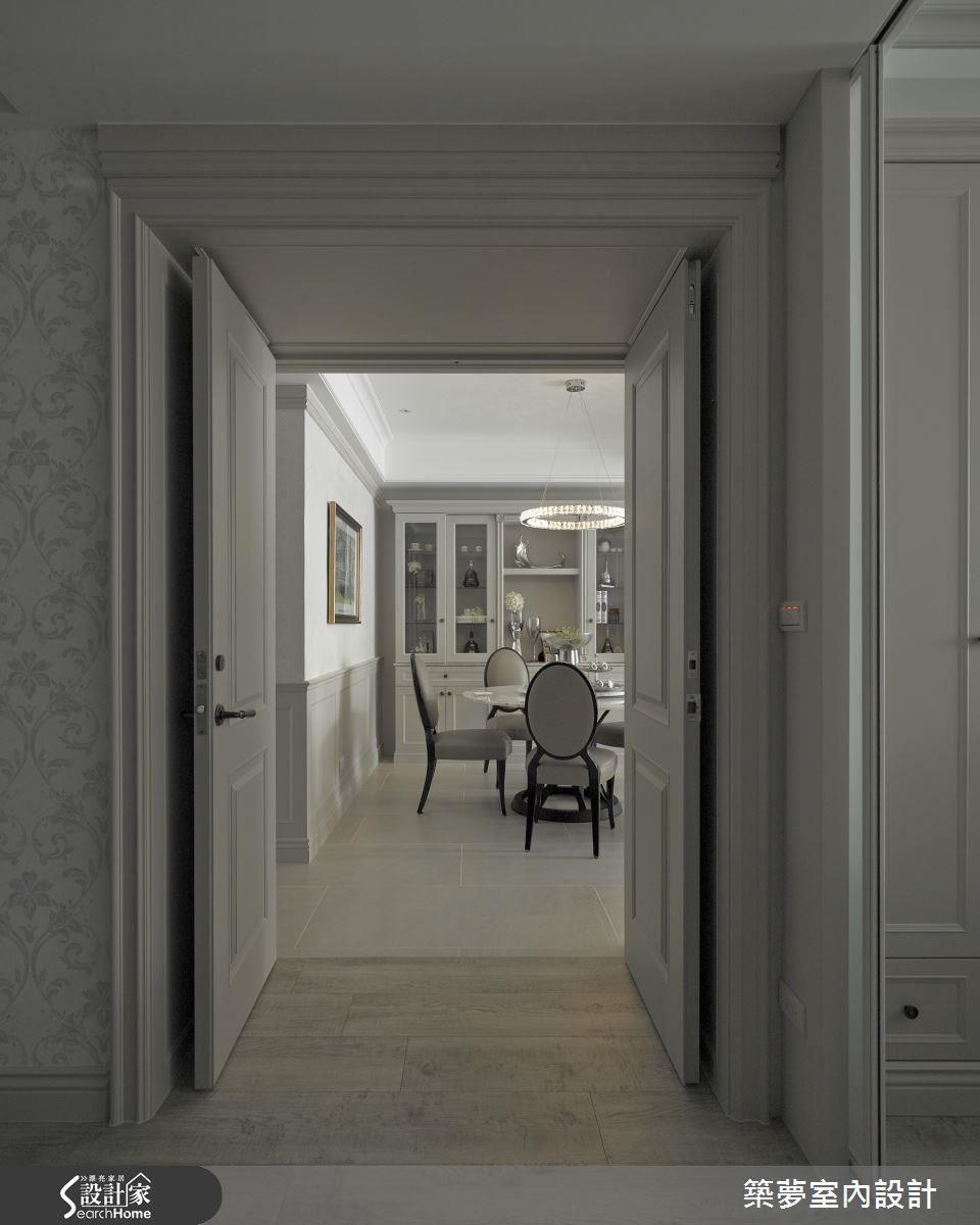 臥室採用歐式經典的雙開門設計,從簡單日常的開門動作,敞開開闊的視野,而在臥室門廊的框畫之下,廊道、餐廳與古典訂製櫃體相繼形成景深層次。