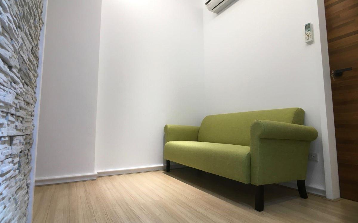 圓潤的身形展現經典復古風尚,屬於小型沙發款式,適用於書房、起居室空間。(小梅根沙發)
