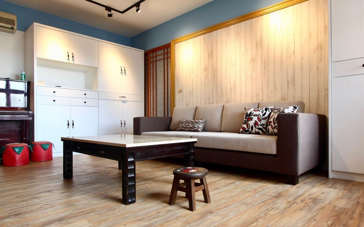 以方形的沙發身形,扶手、底座皆以厚實感為設計,展現沉穩感受。(方程式沙發)