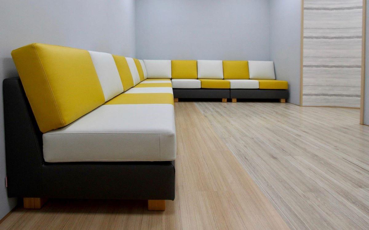 沙發換上繽紛艷彩的布料,替居家空間挹注活潑氣息。(水咚咚沙發)