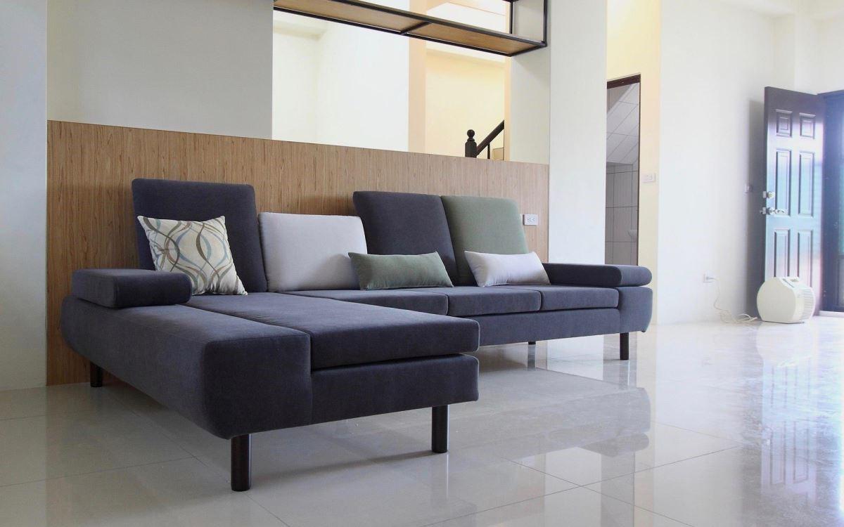 具有不同高度的椅背設計,替居家空間營造出視覺層次感。(水泱泱沙發)