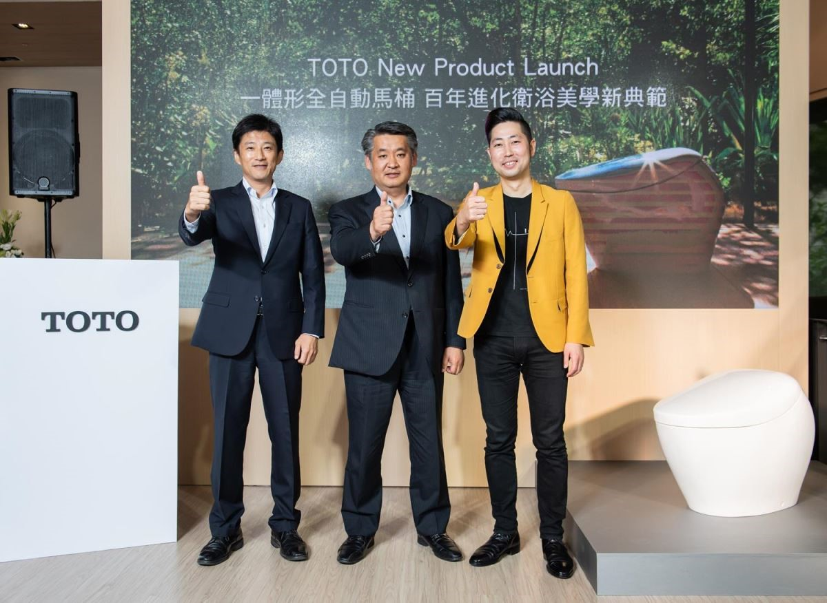 TOTO 台灣東陶總經理戶田勝也先生(中)、企劃本部本部長 井手伸一先生(左)及 TOTO 株式會社 設計本部 設計師 吉岡佑二先生,一同現身 TOTO NEOREST NX 記者會。