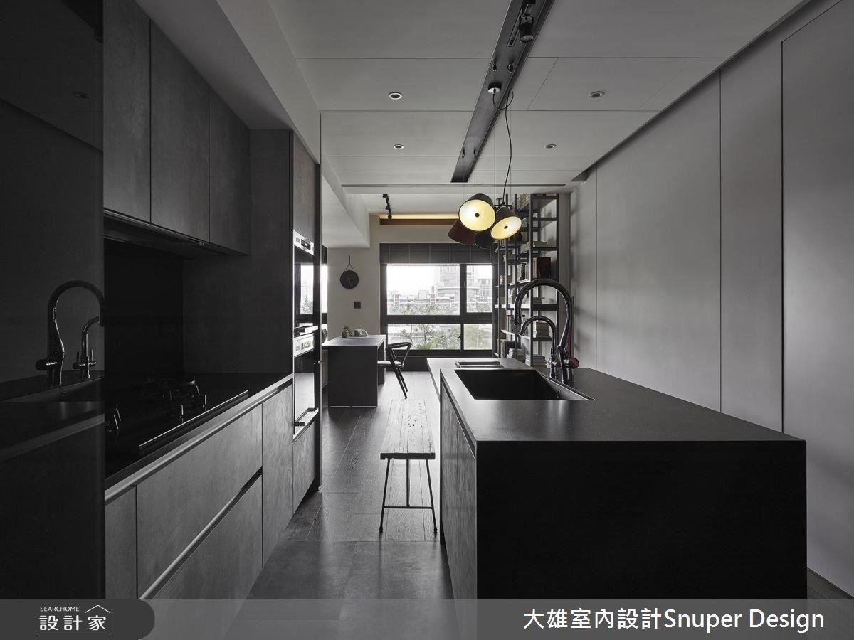 墨黑色的家具,綻露屋主不凡的美學,更讓廚房具備工業風底蘊的時髦感。
