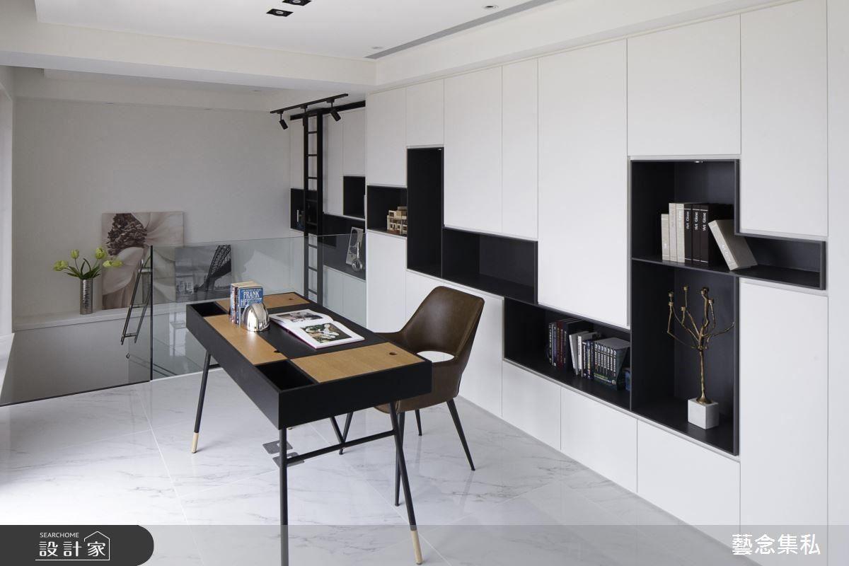 設計師保留原有的休閒空間,進而打造成書房,增加空間實用性,以精品櫃概念,用黑白層次,堆疊現代俐落居家氛圍。