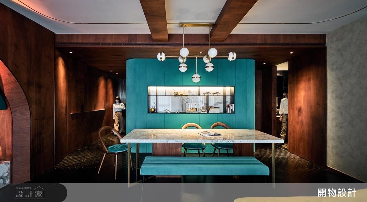 餐廳備餐檯兼具展示櫃,記錄屋主航海的回憶之旅。