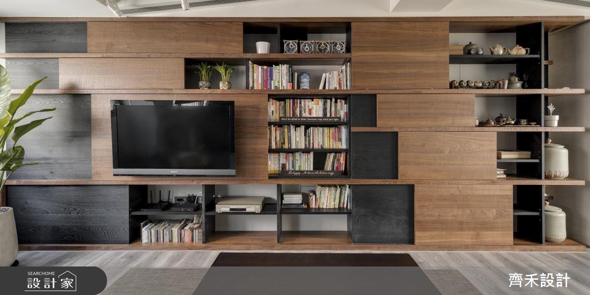由於屋主擁有的書籍不可勝數,電視牆書牆的規劃解決收納機能,顏色上的運用符合屋主想要粗獷與沉穩氛圍。