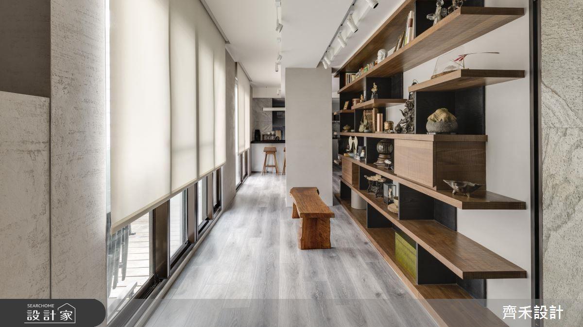 廊道作為藝術展覽空間,是屋主珍藏品的歸屬之處,進而擺設一張實木椅,面向窗外,在療癒心靈的同時品嘗空間所迎來的舒適感。