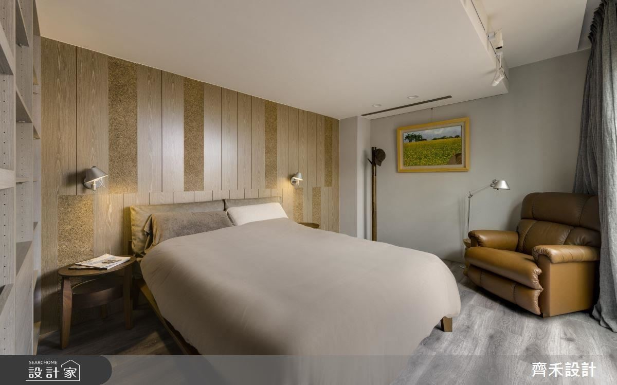 大面落地窗引入陽光,為主臥房帶來悠靜、愜意氛圍,床頭背牆使用花草板鋪陳,堆疊空間層次外,同時淡淡香氣瀰漫在空間中,有助於身心靈得到適切的放鬆。