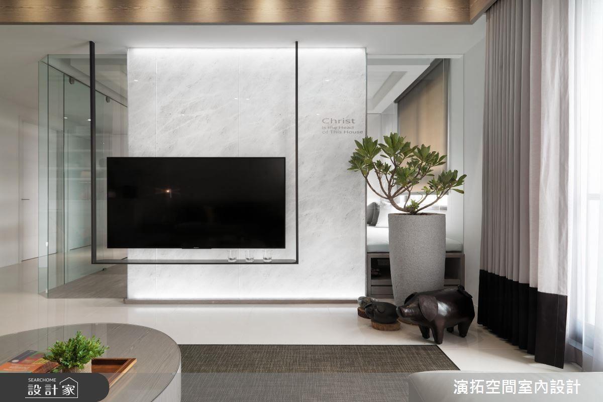 電視櫃以懸吊的鐵件構成,創造輕盈的視覺感。