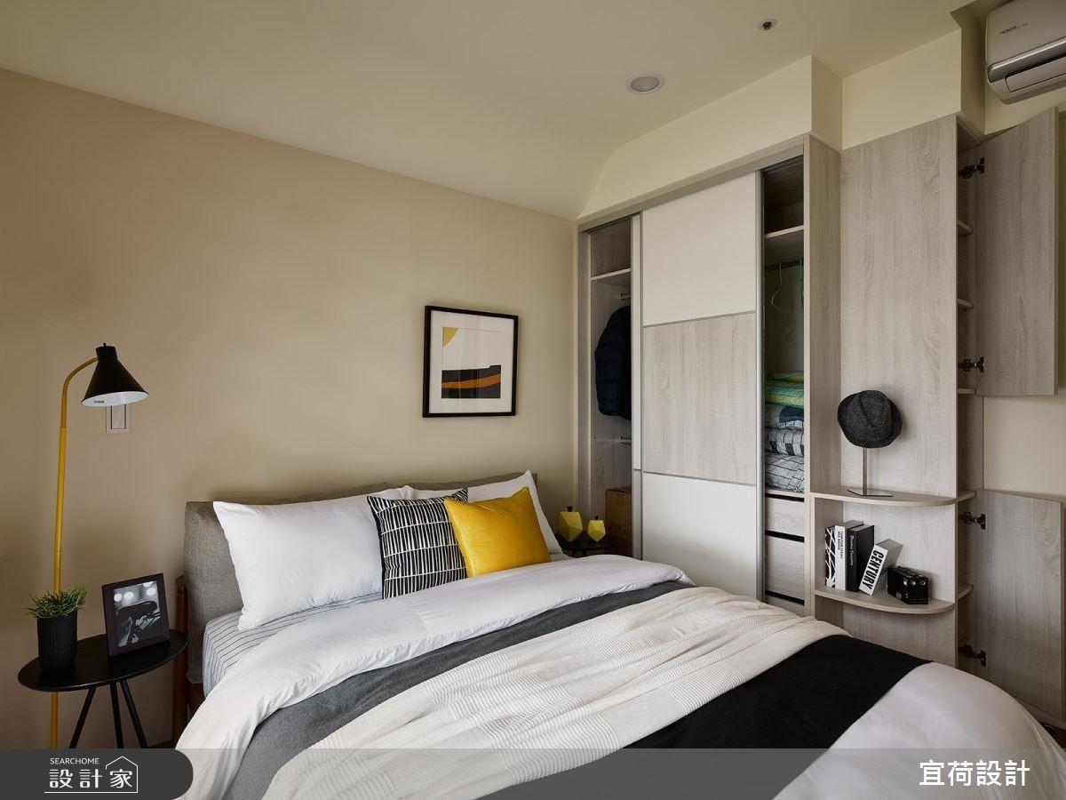 這也是一個配色成功的好案例,米色的牆面,跳脫了一般最常使用的白色與乳白色,保有柔和與保守的調性,但空間感受就能有不同!跳色的抱枕與燈飾、牆上的裝飾畫,皆選用了黑、黃、白幾個衝突對比色,雖然簡單,但是配色十分用心喔!