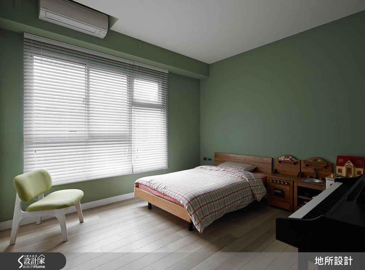 淺綠的牆面搭配木質地板,寢具則使用暖色系格紋,整體搭配給人相當柔和舒適,卻不失個性的感受,復古的床頭邊桌、鋼琴等也能展現出主人的品味與音樂才藝。