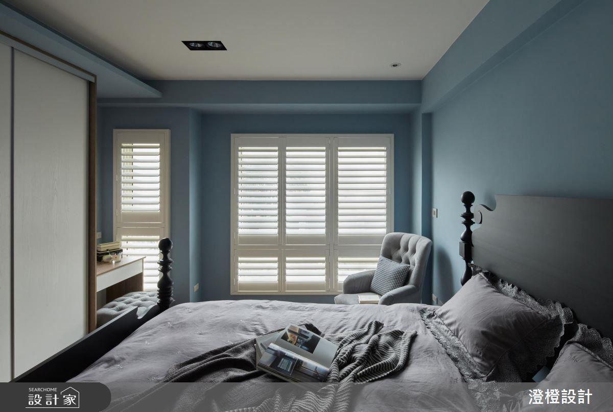 看過幾個案例就知道,窗邊放張沙發是個不錯的選擇,選對椅子就能為空間加分,這個案例的房間白藍配色沉靜紓壓,美式風的窗戶擋片具有遮光與隱私的效果,配色得宜的單人沙發讓主人享受窗邊景色。