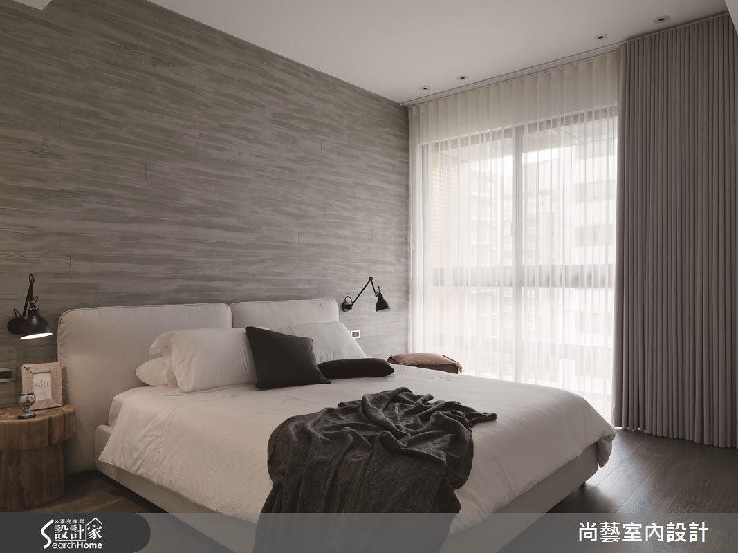 木紋脫模的工法做出的牆面紋理,非常適合男性冷調沉穩帶點陽剛的氣息,與寢具與窗簾的配色也互相呼應。