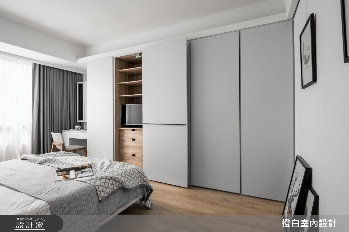 舒服的灰藍冷調配色,電視與收納櫃使用拉門隱藏,不使用時將拉門關上,讓房內空間更簡約單純,淺色木質地板與收納櫃的暖質色系,為空間注入了溫潤的感受。