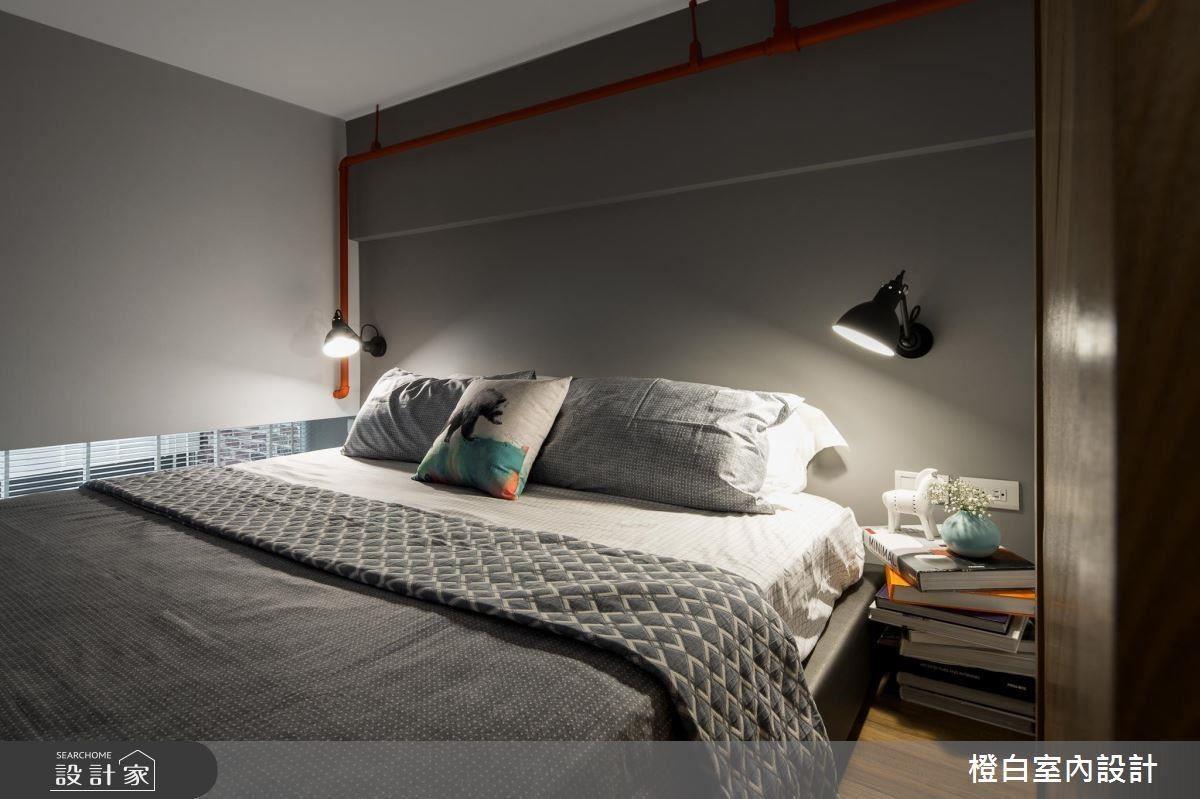 管線藏不起來怎麼辦?乾脆漆上大膽的顏色直接裸露,簡單營造出工業風格,床頭邊桌直接用書本隨意堆疊而成,相當有個性!