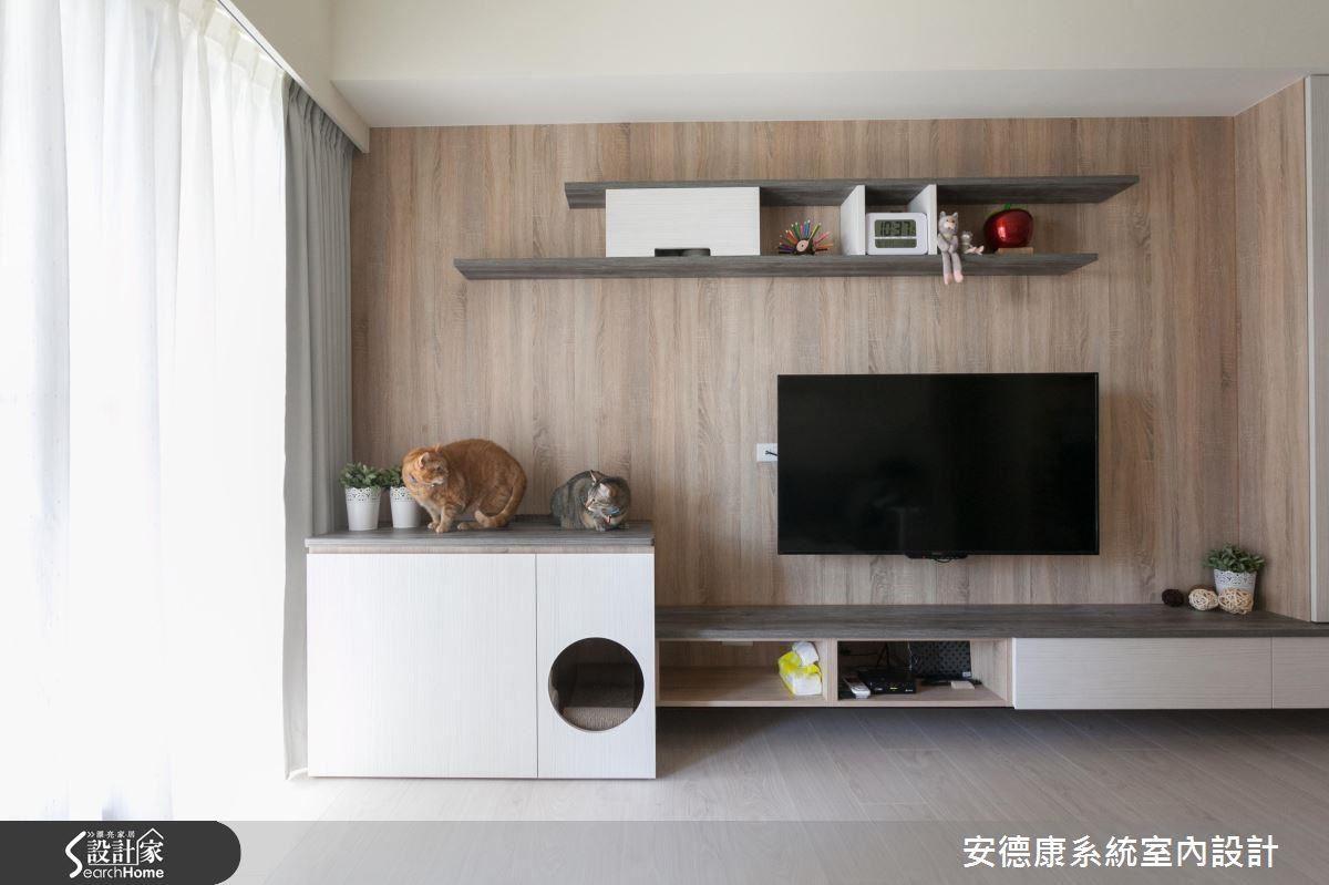設計較大尺寸貓砂盆以系統櫃結合於電視一角,切了圓形開口保持通風,解決衛生與美觀問題。