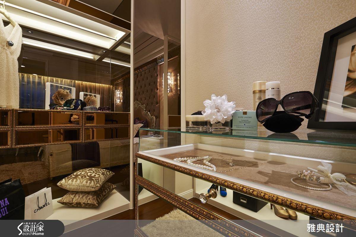設計師針對寬敞的大空間所設計出的更衣間,以精品展示櫃的概念讓物件成為裝飾,無論是開放式或密閉式的櫃體,提供了收納外,更有賞心悅目的展示效果。