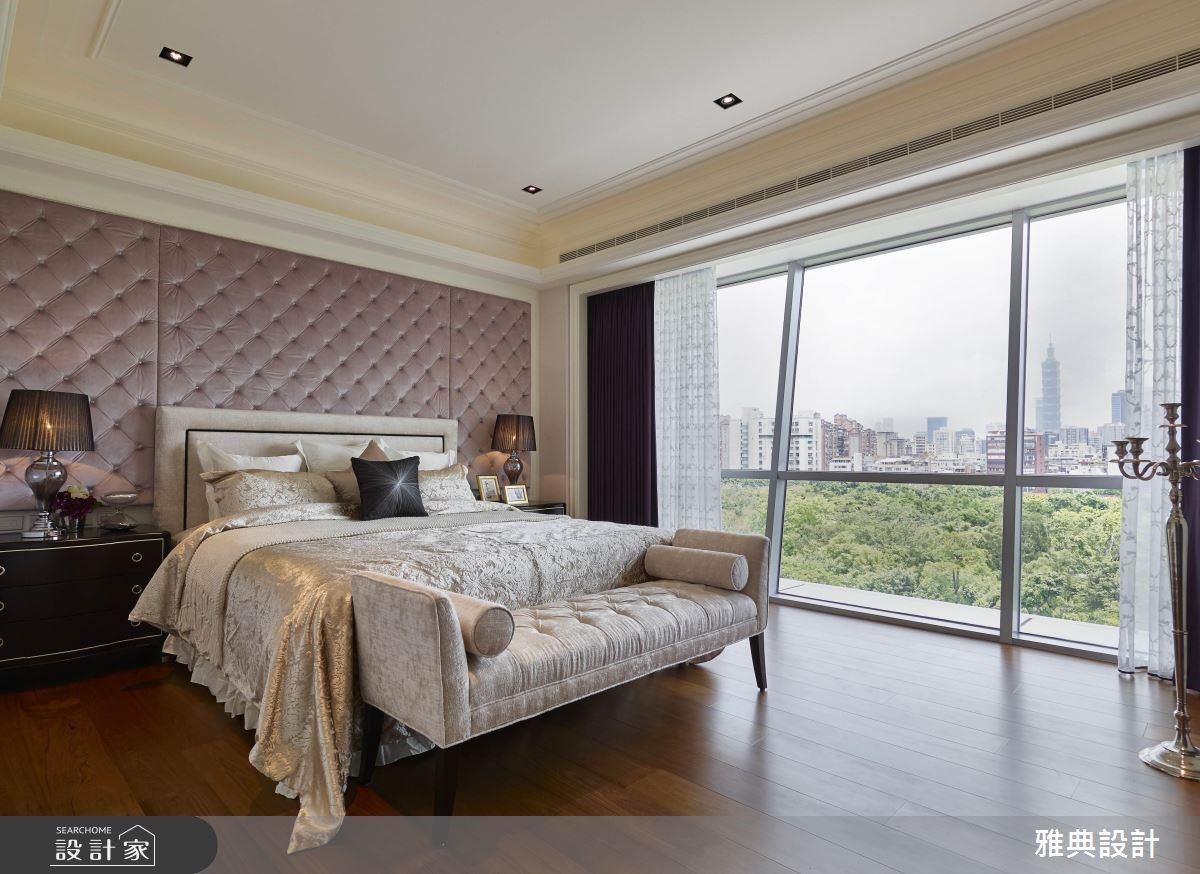 床頭櫃是主臥設計中可強調出風格的重點之一,透過古典元素的繃布與燈飾,在溫潤木地板的搭配、明亮的採光與大片綠意,展現出舒適而奢華的氛圍。
