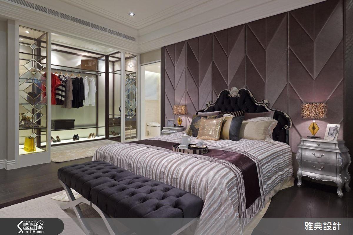 設計師利用開放式衣櫃與鏡面延伸視覺,讓櫃體也兼具展示功能。此外,幾何狀床頭壁面,利用不同深淺的紫色調塑造空間的層次性,而同色調的軟件家飾也襯托出時尚而奢華的氛圍。