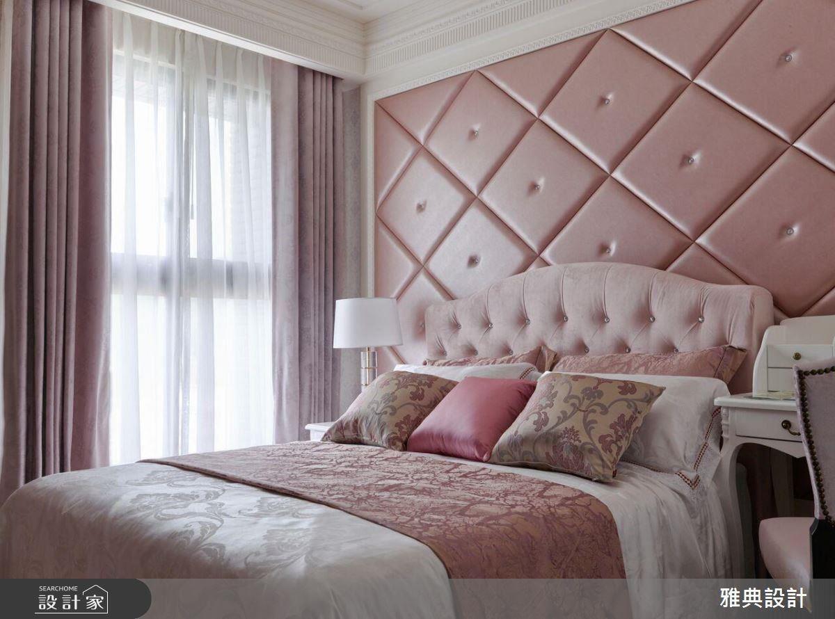 針對單身的女子所設計的臥室,利用窗簾、床頭繃布與家飾布等元素塑造出充滿少女般的浪漫情懷。