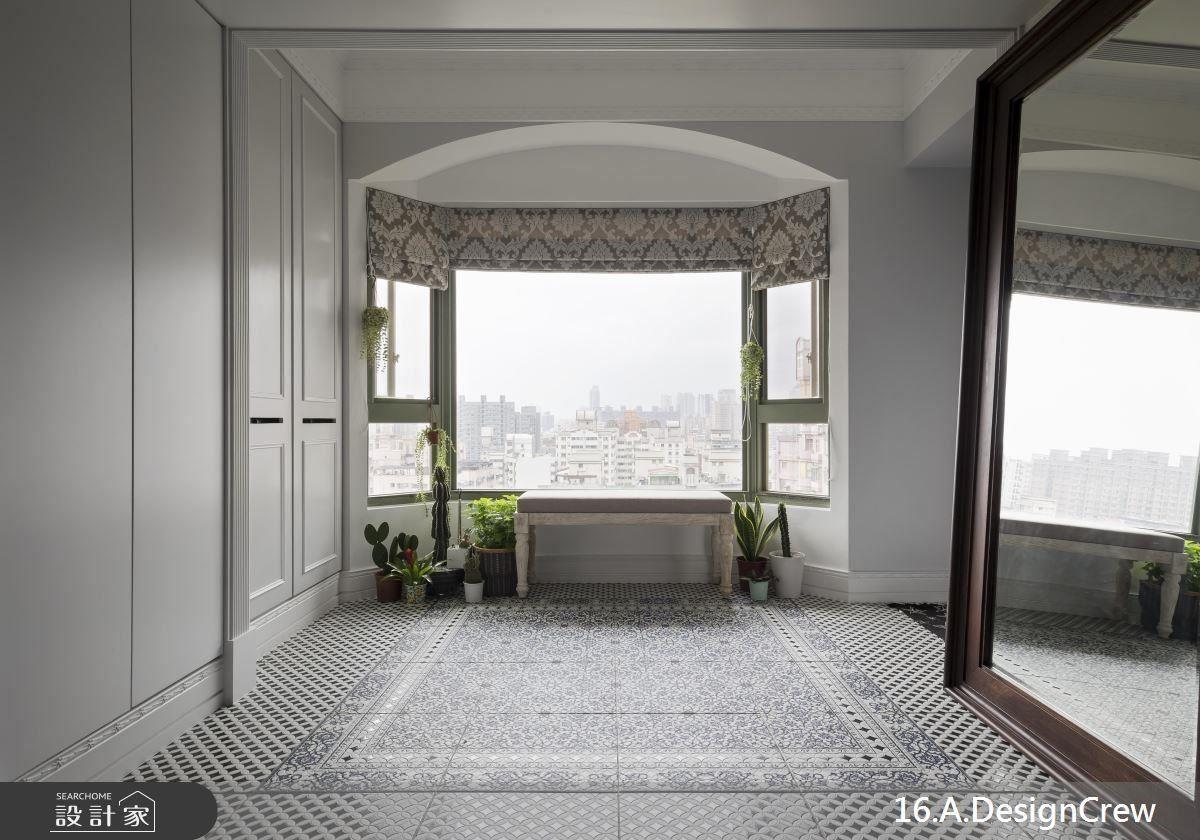 玄關擺設大面鏡映照絕佳高樓景致,並以框面造型、素雅花磚與布簾烘托優雅法式情懷。