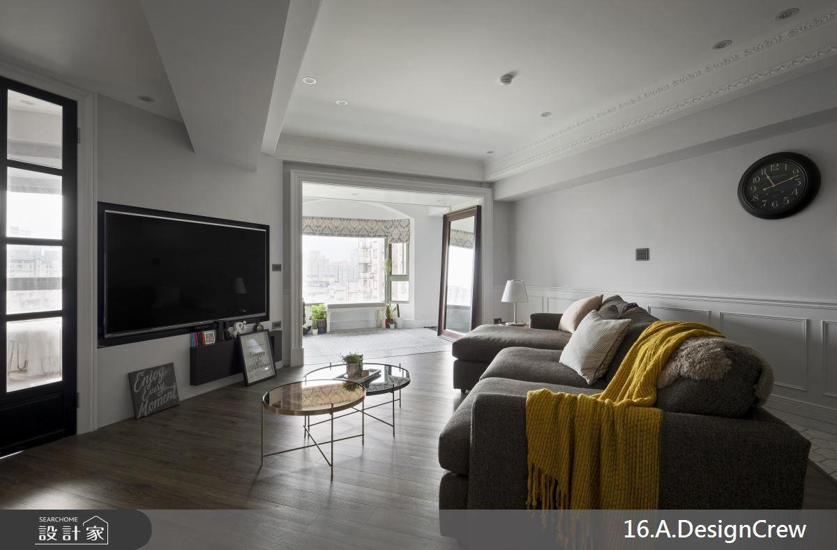 客廳沙發配合電視牆面採斜向配置,光源則由玄關向內延伸,使室內空間更為明亮舒適。
