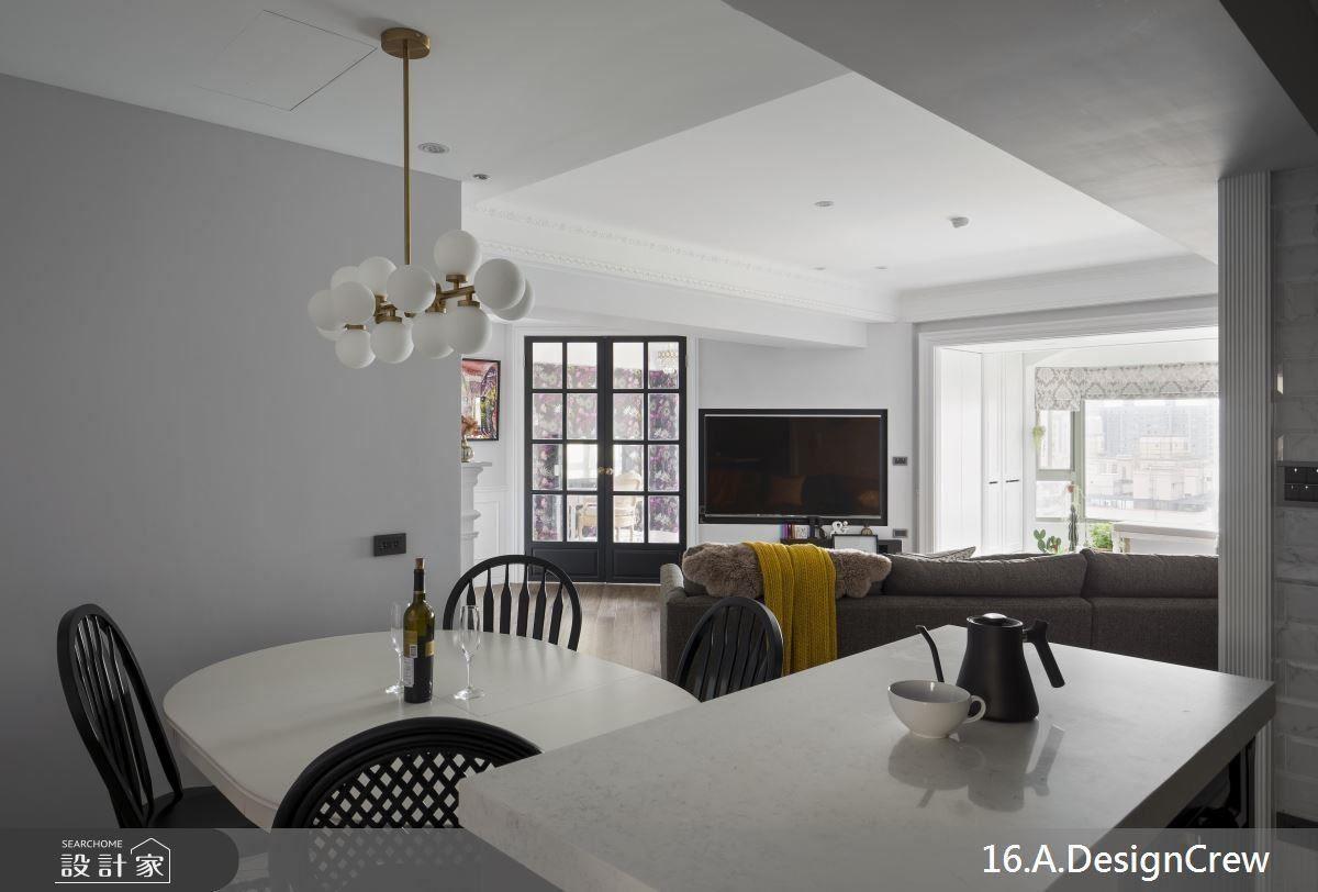 餐廳採開放設計,穿透居家視野,並設有中島檯面與收納機能,便利料理的實用性。