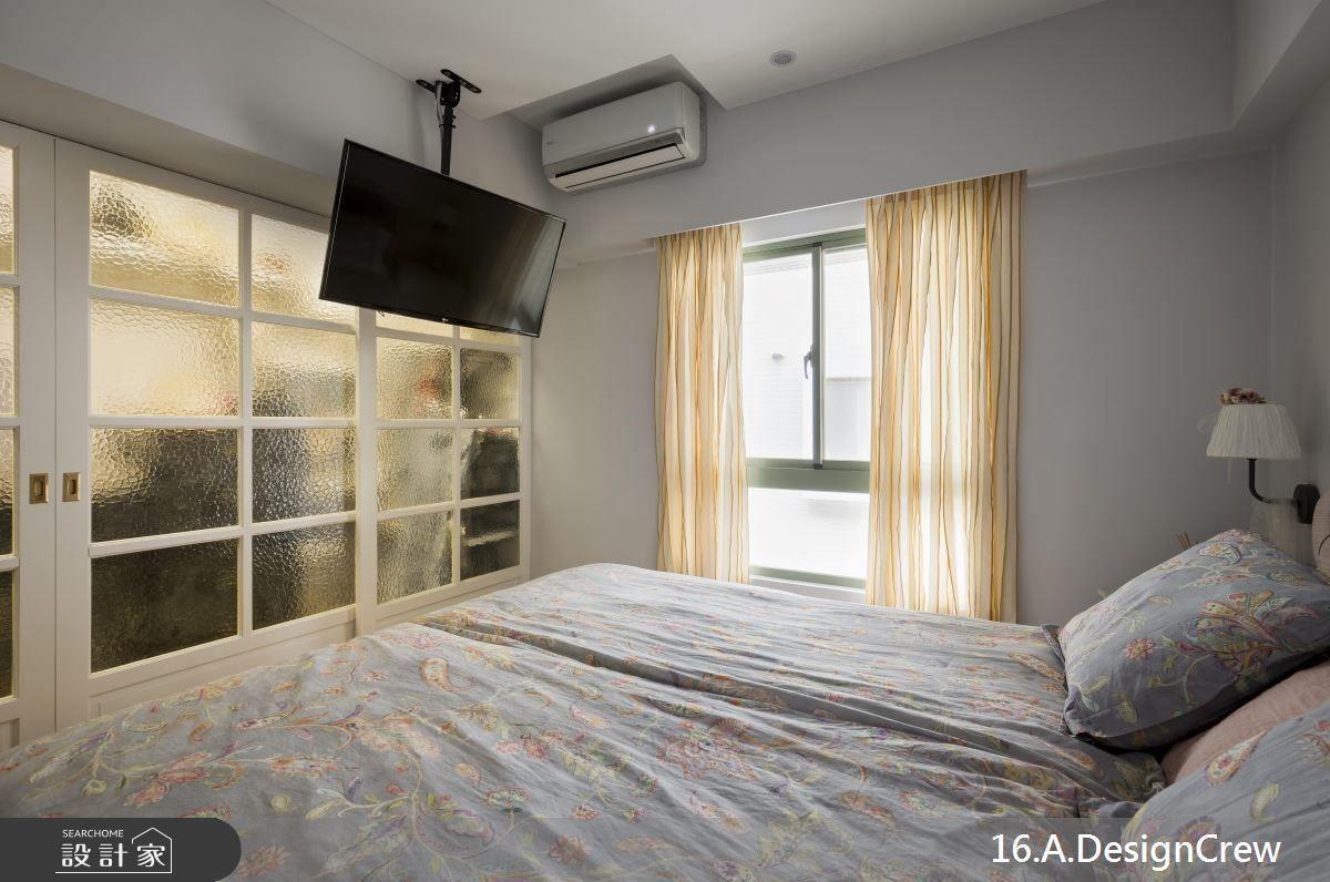 主臥設有更衣室,並貼心使用霧面玻璃於雙開格門,增加空間的隱密性。