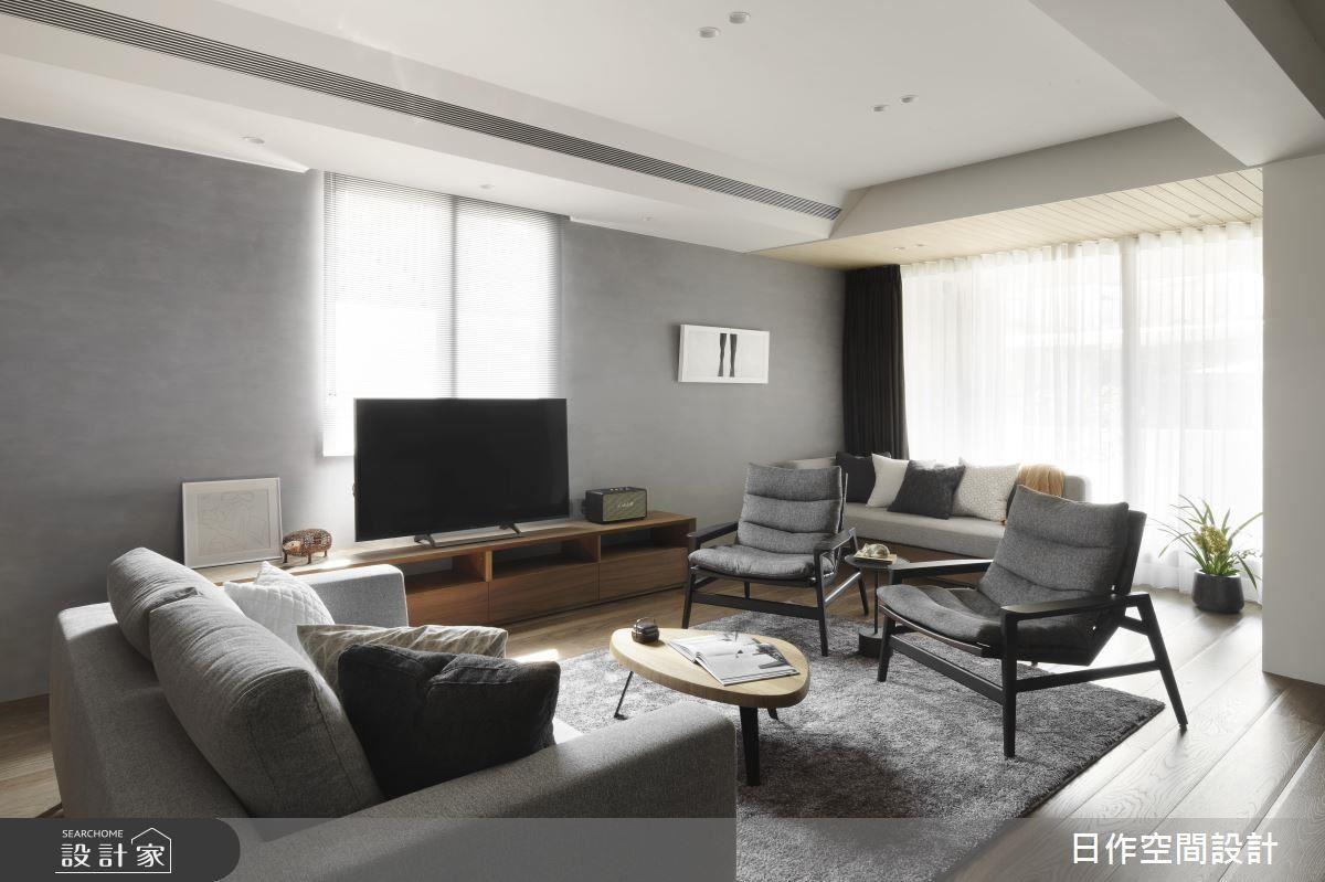客廳沙發採對坐設置,藉家具配置自然凝聚家人情誼。