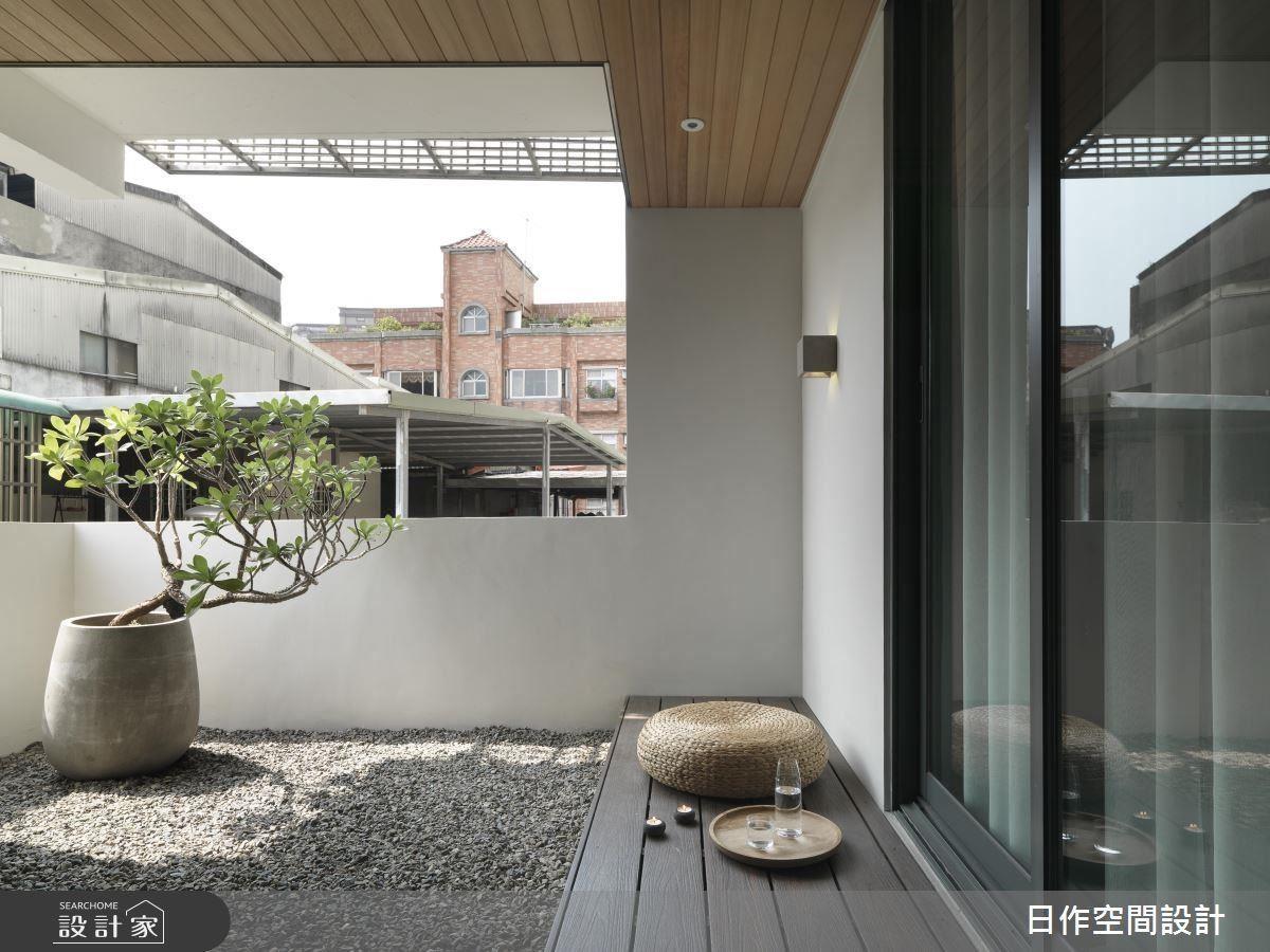 陽台利用「以退為進」概念,為居家爭取更多窗景綠意,享受光影的變化。