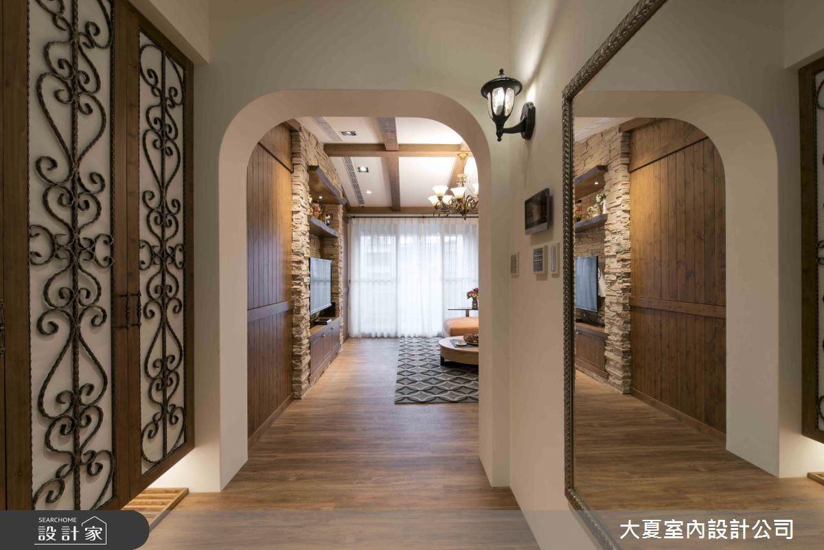 玄關處穿衣鏡不僅供屋主出門前方便整理服裝儀容,同時也能放大空間。