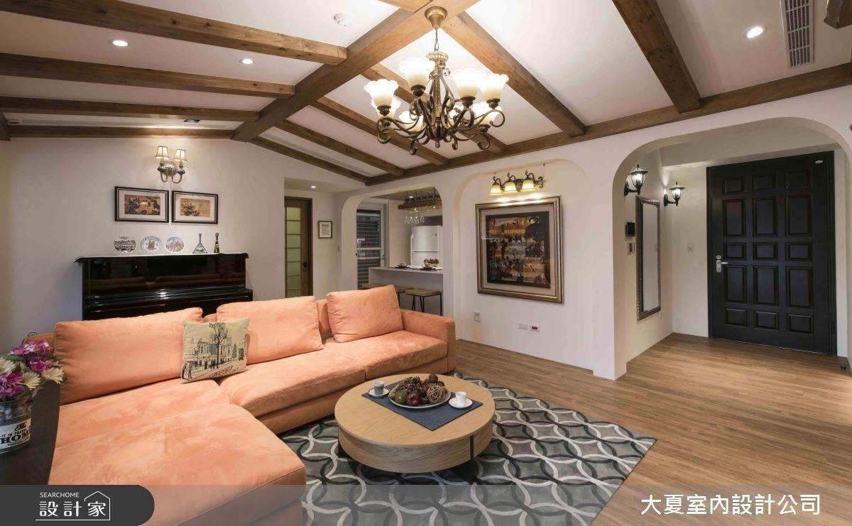 為解決天花不高問題,設計師藉由木樑描繪出家的樣貌,使家的溫暖再昇華。