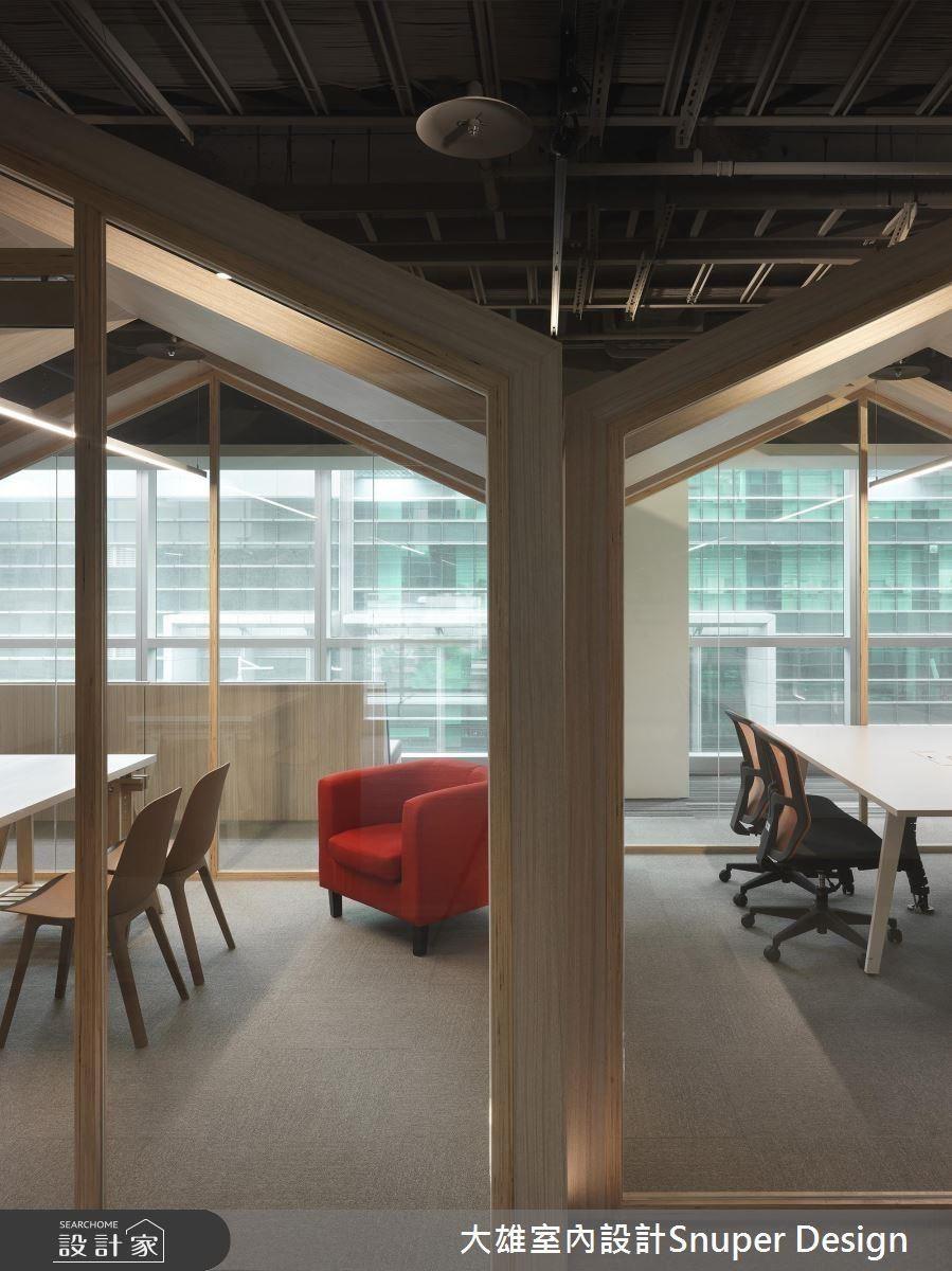 小木屋藉由交錯與半穿透設計,化解空間狹隘感。