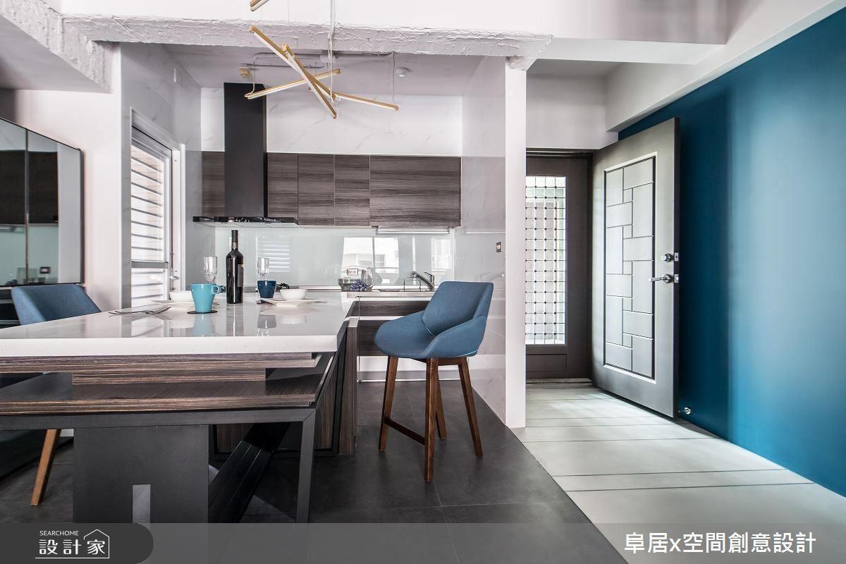 中島成為屋主彼此情感交流的平台,也因為中島讓餐廚空間形成回字型動線。