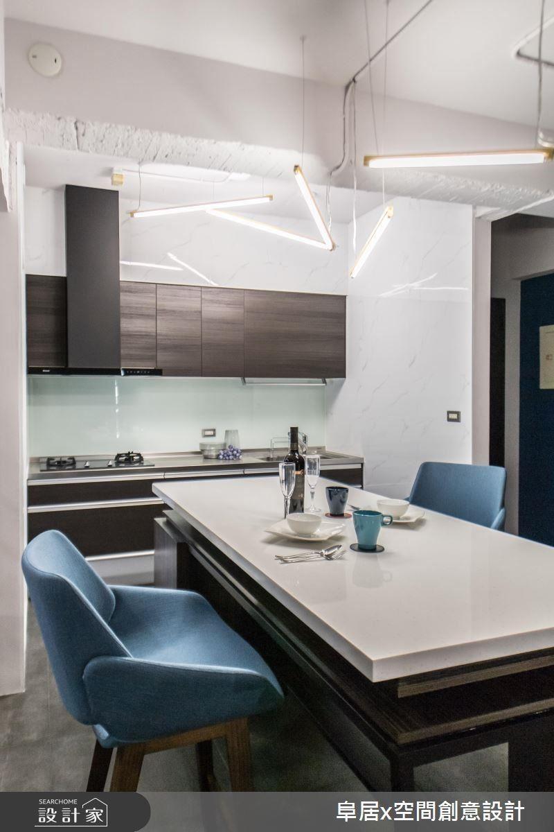 廚房天花板採用燈管外露,搭配金屬燈座,不規則的懸吊排序,讓毎個角度皆有不同面貌,同時營造出簡約俐落的現代底蘊。