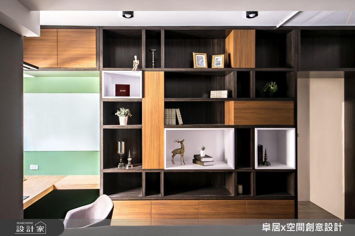 書櫃牆延續俄羅斯方塊概念,讓每個櫃體可以自由挪動,同時利用頂天書櫃重新堆疊空間感,營造天花板高度。