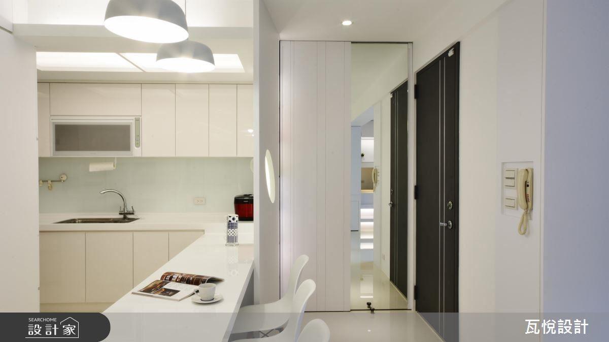 更換家門位置,進而擁有完整玄關,並將隔間牆打掉,規劃鞋櫃及衣帽櫃。