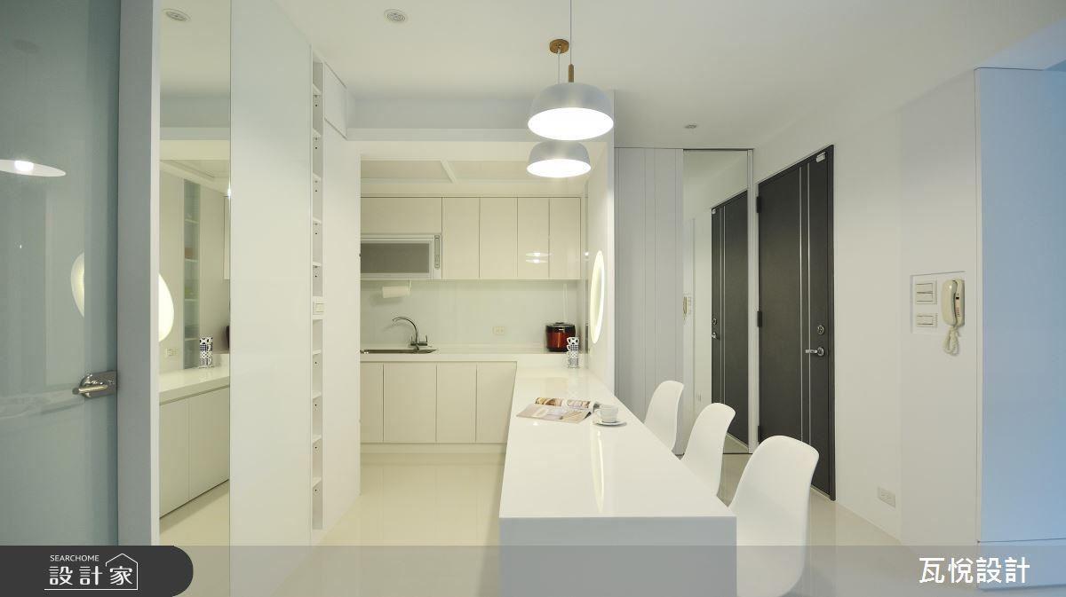 因為居住人口單純,設計師以吧檯取代餐桌,營造 L 型流暢動線並放大空間。