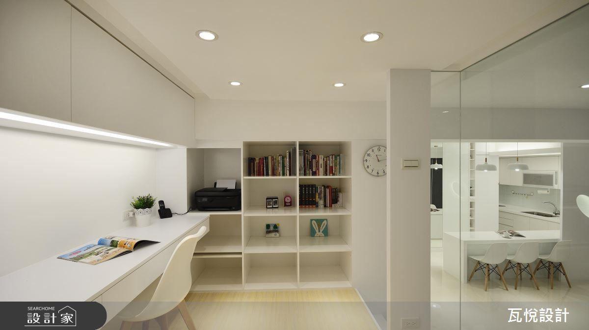 屋主期待有個開放式空間,與女兒有更多的相處時光,同時也需要一間獨立書房供女兒念書,設計師利用玻璃取代隔間牆,保有空間開放性,架高設計使客廳多一分層次感。
