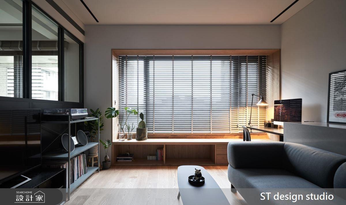 客廳電視牆利用玻璃窗面加強光源穿透感,並於櫃體使用簡約黑色襯托屋主的珍藏唱片。