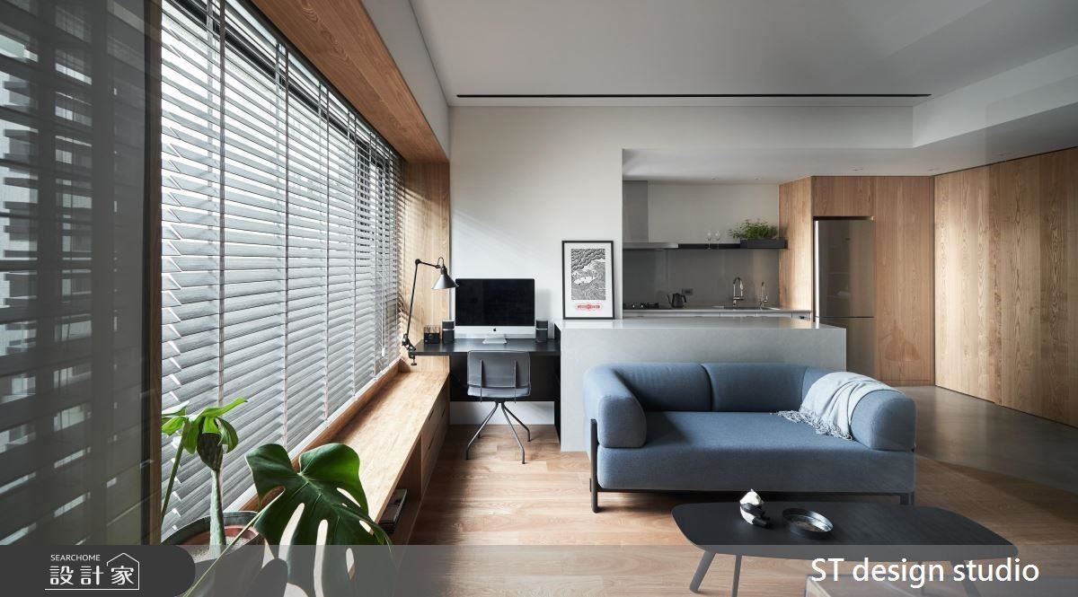 餐廚區以霧面陶烤包裝廚具外觀提升空間質感,營造視覺輕巧潔淨感。更利用中島與窗面空間為屋主規劃工作區域。