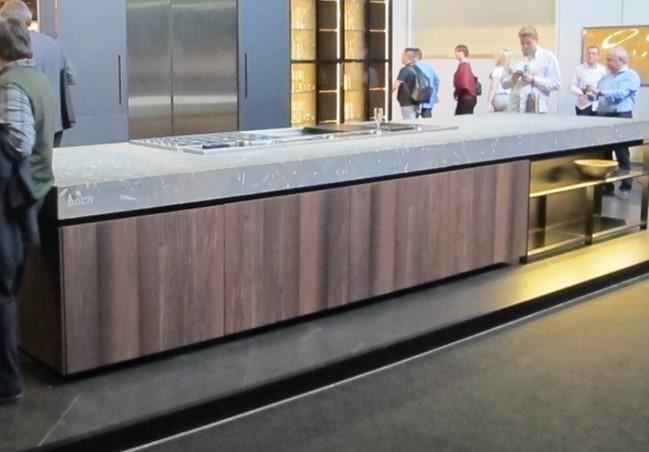不少廠商不約而同在今年米蘭展推出大尺度、超厚檯面的廚具設計。
