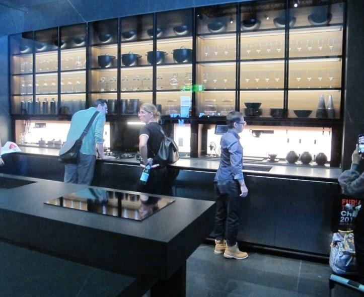 發揮大尺度空間優勢,將高度運用到極致,彷彿光盒子存在的展示櫃,是今年米蘭展一大亮點。
